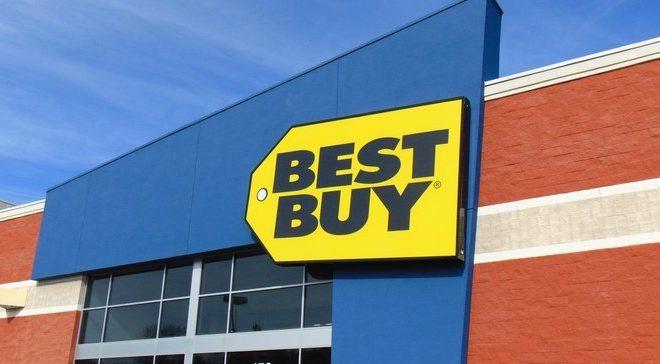 Best Buy recorta puestos de trabajo y horas para algunos trabajadores de tiendas a medida que pasa a lo digital